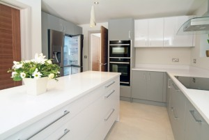 Stylish-Matt-Gloss-Handleless-Kitchen3-768x514